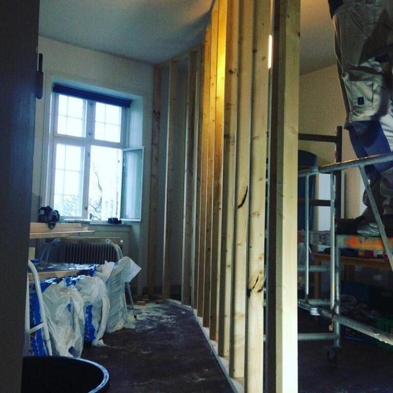 Opbygning af ny væg i bolig
