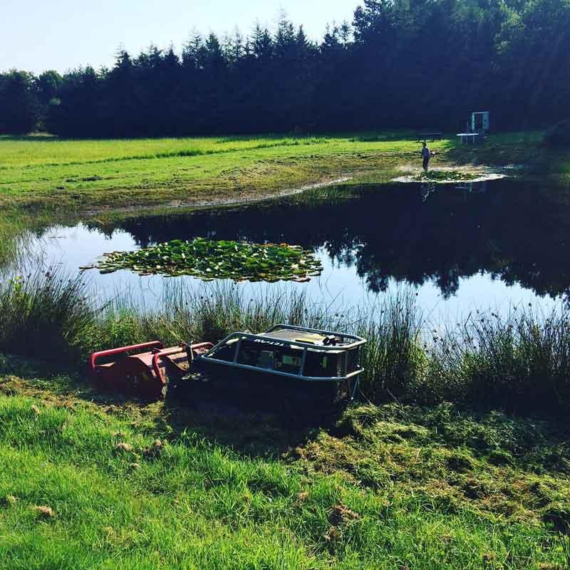 Græsklipning ved sø